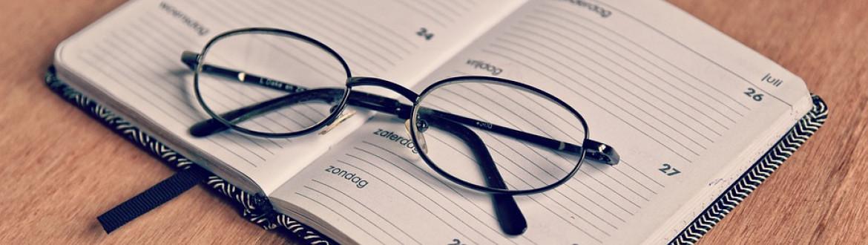 Agenda met bril erop