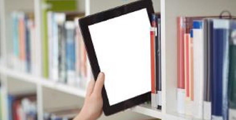 tablet tussen boeken in bib