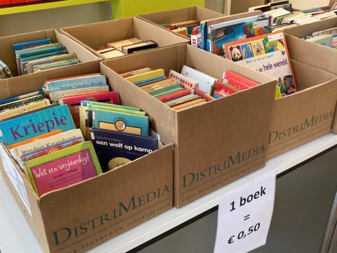 Tafel met afgevoerde boeken die te koop zijn